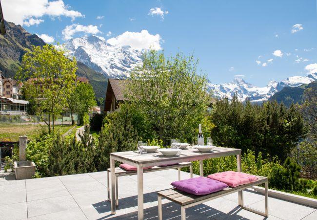 Chalet Arven avec vue sur les montagnes de la Jungfrau par Alpine Holiday Services